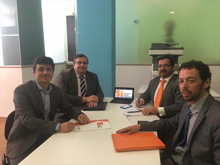 """""""Foi celebrado na passada quinta-feira o contrato de franquia para a abertura de uma nova agência Soluções Ideais em Almada."""