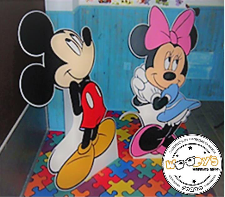 Junta-te à Minnie e ao Mickey Mouse na tua loja Woody`s Waffles Shop !