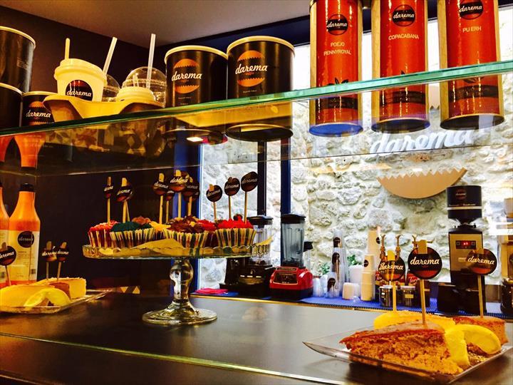 A marca DAREMA assume-se como um novo conceito que alia num mesmo espaço o universo do café com um ambiente único
