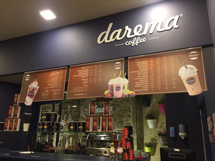 A marca DAREMA assume-se como um novo conceito que alia num mesmo espaço o universo do café com um ambiente único.